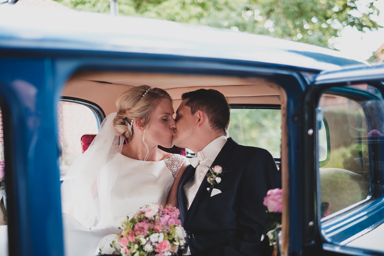 Scheib Hochzeitsfotografie Brautpaar Auto