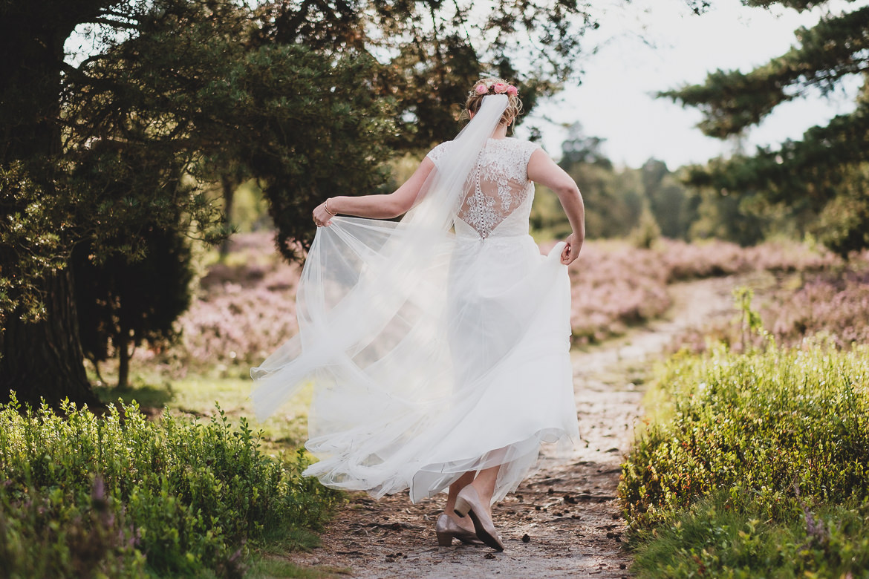 Scheib Hochzeitsfotografie Braut tanzt Lüneburger Heide