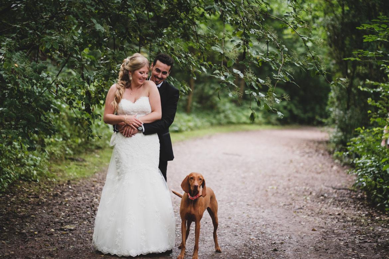 Brautpaar mit Hund