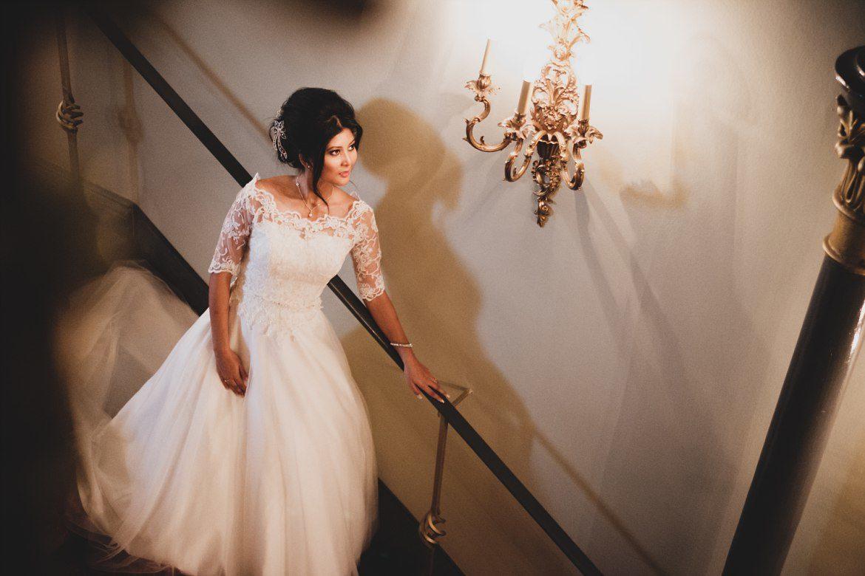 Braut auf der Treppe im im Hotel Hafen Hamburg