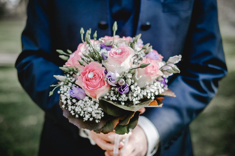 Bräutigam mit Blumenstrauss