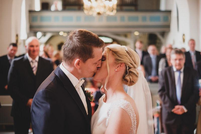 Brautpaar küsst sich in Kirche
