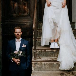 Urbane Brautpaarfotos bei Regen